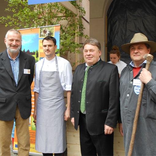 Landschaftspflegeverband mit Juradistl beim Hoffest im Landwirtschaftsministerium